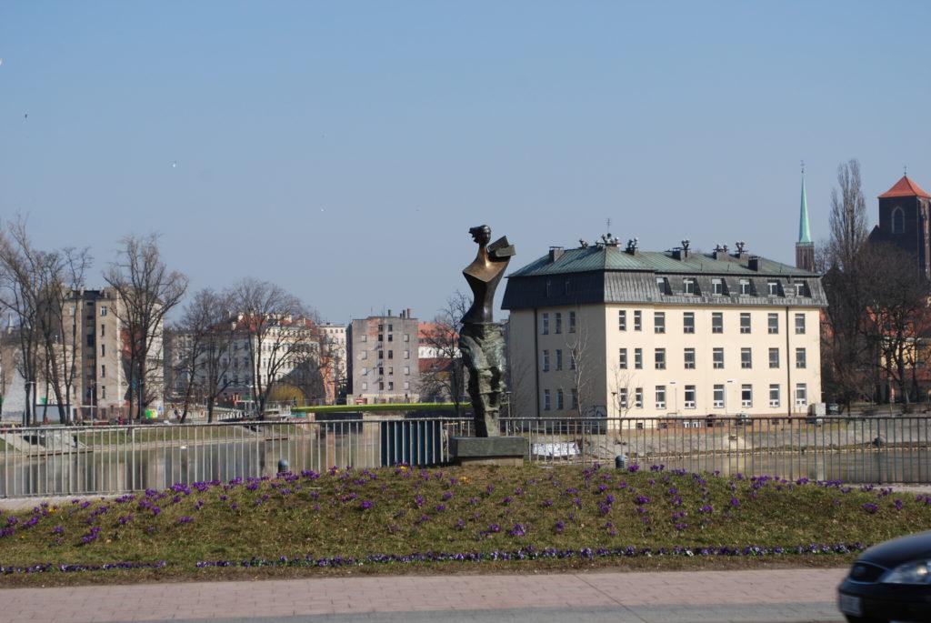 Pomnik Powodzianki na moście uniwersyteckim