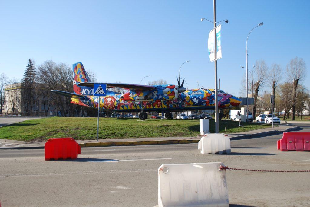 Kolorowy samolot przy lotnisku