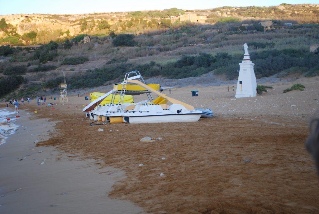 Plaża z czerwonym piaskiem Ramla Bay Beach